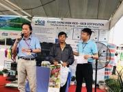 Ông Nguyễn Văn Thiết - Trưởng đại diện Rainforest Alliance tặng quà cho nông dân tham gia Bàn Thông Tin Di Động